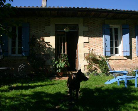 Ramsès devant la maison